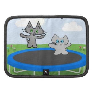 Juego de dos gatos en un trampolín organizadores