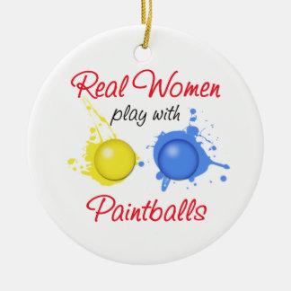 Juego de las mujeres reales con Paintballs Adorno Navideño Redondo De Cerámica