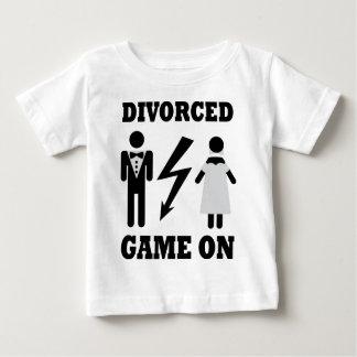 juego divorciado en icono playera de bebé