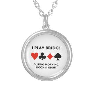 Juego el puente durante mediodía y noche de la colgante redondo