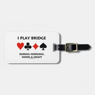 Juego el puente durante mediodía y noche de la mañ etiquetas maleta