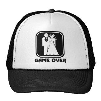 Juego feliz del boda sobre el gorra