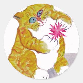 Juego hinchado, el juguete preferido del gatito pegatina redonda
