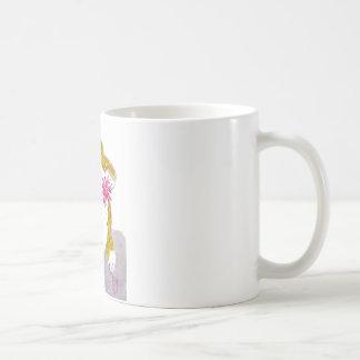 Juego hinchado, el juguete preferido del gatito taza de café