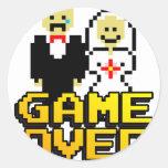 Juego sobre la boda (de 8 bits) etiquetas redondas
