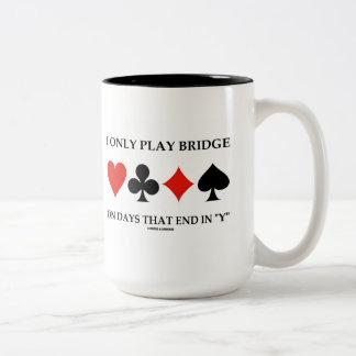 Juego solamente el puente el los días que terminan taza de dos tonos