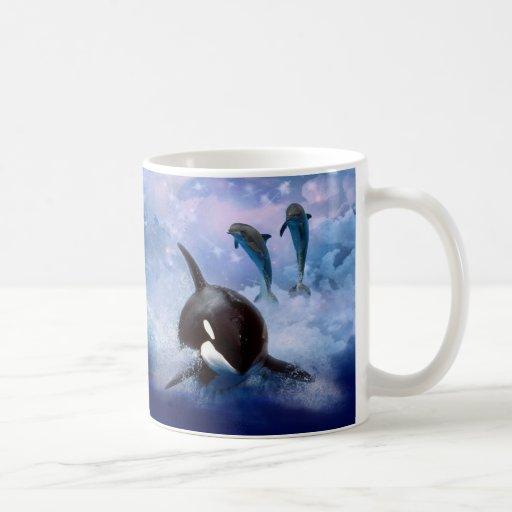 Juego soñador de la ballena y de los delfínes tazas de café