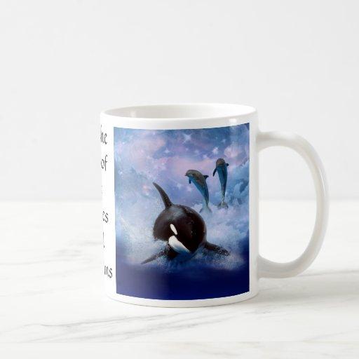 Juego soñador de la ballena y de los delfínes taza básica blanca