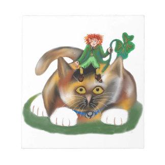 Juegos del gatito del calicó con su Leprechaun PAL Bloc De Notas