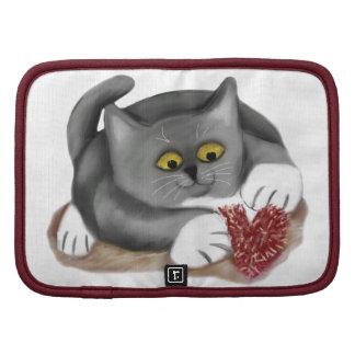 Juegos grises del gatito con un juguete mullido planificadores
