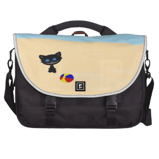 Juegos lindos de un gato negro en la playa bolsas para portátil
