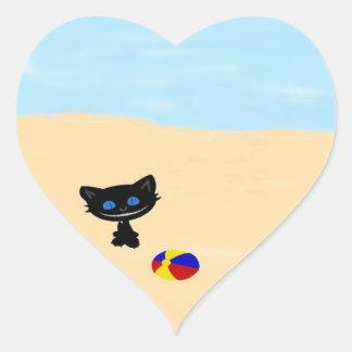 Juegos lindos de un gato negro en la playa pegatina corazon personalizadas