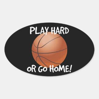 Juegue difícilmente o vaya a casa baloncesto pegatina ovalada