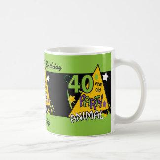Juerguista de 40 años taza básica blanca