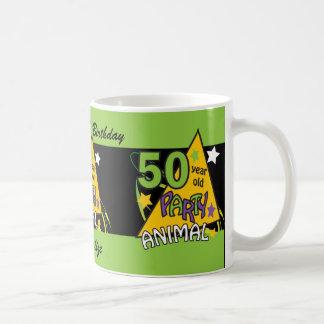 Juerguista de 50 años taza básica blanca