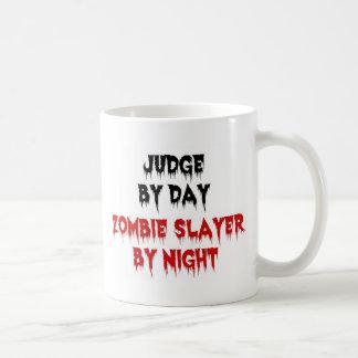 Juez del asesino del zombi del día por noche taza
