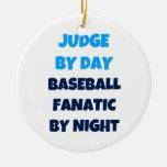 Juez del fanático del béisbol del día por noche adorno de navidad
