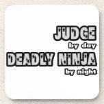 Juez por el día… muerto Ninja por noche Posavasos De Bebida