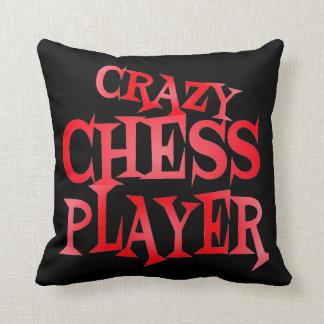Jugador de ajedrez loco en rojo cojín decorativo