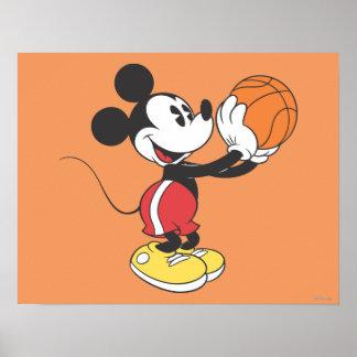 Jugador de básquet 4 de Mickey Mouse Póster