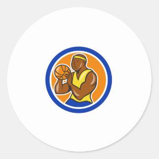 Jugador de básquet afroamericano que tira Cartoo Etiqueta Redonda