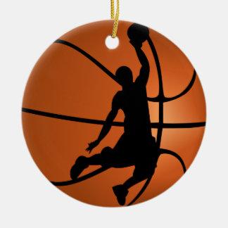 Jugador de básquet de la clavada adorno navideño redondo de cerámica