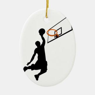 Jugador de básquet de la clavada de la silueta adorno navideño ovalado de cerámica
