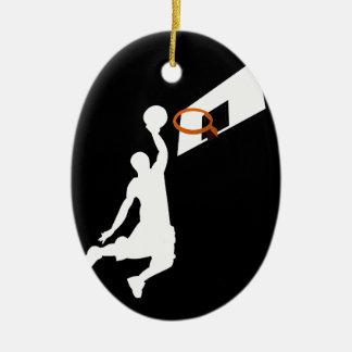 Jugador de básquet de la clavada - silueta blanca adorno navideño ovalado de cerámica