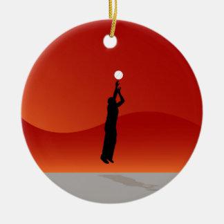 Jugador de básquet de salto adorno navideño redondo de cerámica