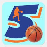 Jugador de básquet del número 5 calcomania cuadrada personalizada