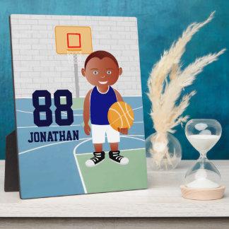 Jugador de básquet lindo placa para mostrar