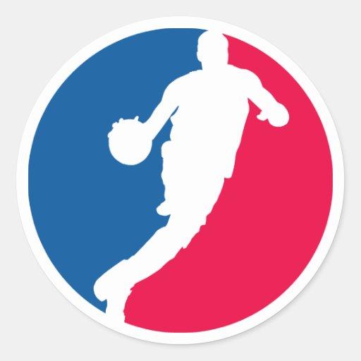 Jugador de básquet rojo y azul redondo etiquetas redondas