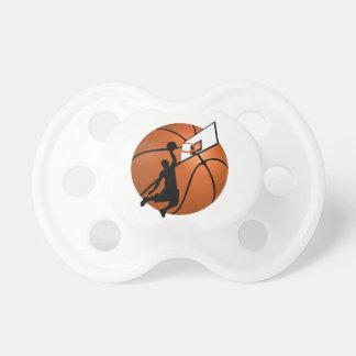 Jugador de básquet w Hoop de la clavada en bola Chupetes De Bebe