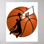 Jugador de básquet w/Hoop de la clavada en bola Posters