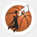 Jugador de básquet w/Hoop de la clavada en bola Etiqueta Redonda