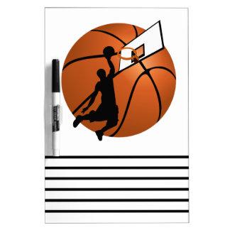 Jugador de básquet w Hoop de la clavada en bola Pizarras