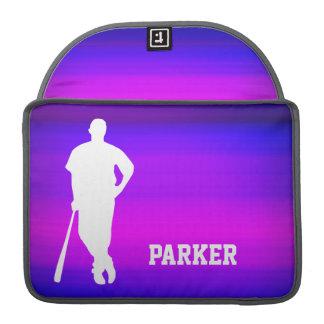 Jugador de béisbol; Azul violeta y magenta Funda Para Macbooks