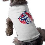Jugador de béisbol con el grabar en madera del bat camiseta de perro