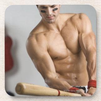 Jugador de béisbol con el pecho desnudo que calien posavaso