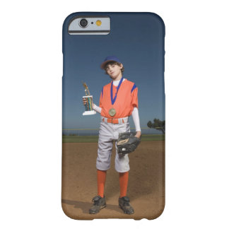Jugador de béisbol con el trofeo y la medalla funda para iPhone 6 barely there