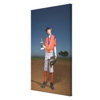 Jugador de béisbol con el trofeo y la medalla impresión en lona estirada
