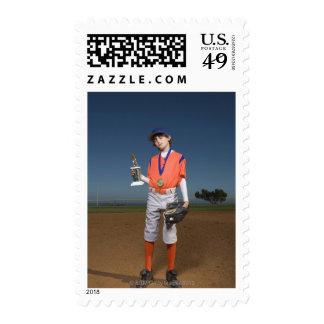 Jugador de béisbol con el trofeo y la medalla sello
