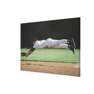 Jugador de béisbol en bola de cogida del mediados  impresiones en lona