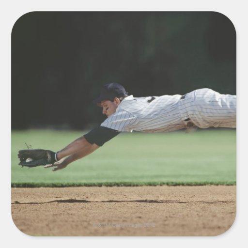 Jugador de béisbol en bola de cogida del mediados calcomanía cuadradas