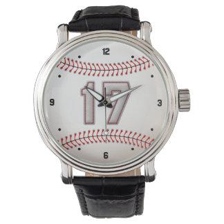 Jugador de béisbol fresco número 17 - mirada de relojes de mano