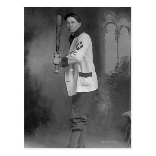 Jugador de béisbol que celebra el palo postal