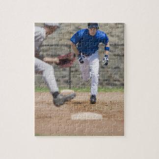 Jugador de béisbol que intenta robar la base puzzle