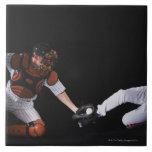 Jugador de béisbol que resbala dentro de una base azulejo cuadrado grande