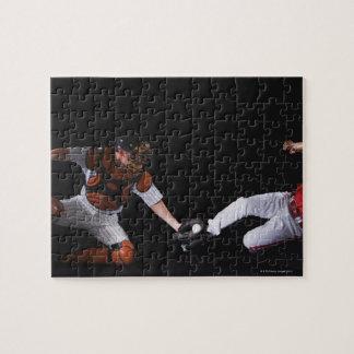 Jugador de béisbol que resbala dentro de una base puzzle
