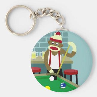 Jugador de billares de la piscina del mono del cal llavero redondo tipo pin